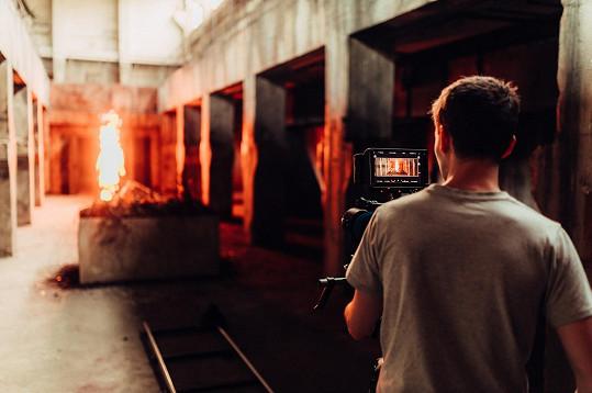 Nebezpečné scény s hořícím kaskadérem.