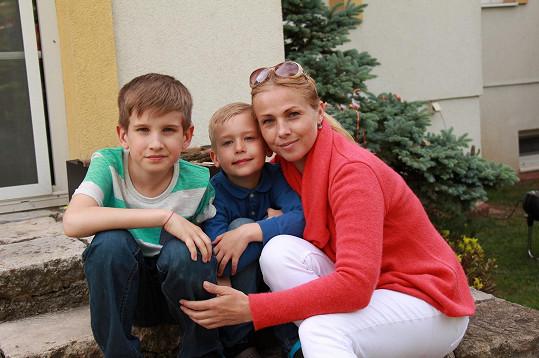 Nicol Lenertová je dnes především máma a po světě šoubyznysu se jí nestýská.