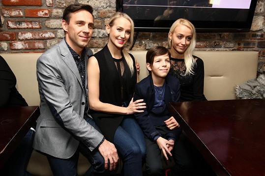 Roman pózoval s rodinou svojí nové partnerky Petry Vraspírové.