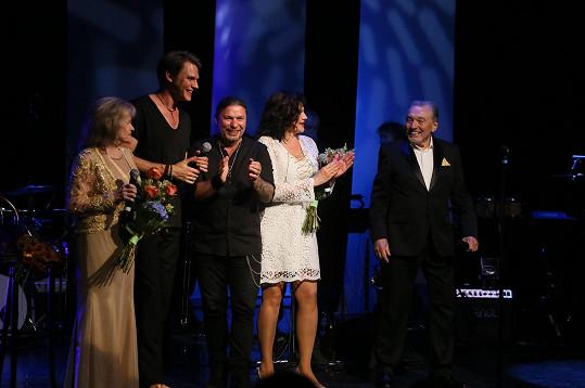 Karel Gott se svými hosty. Zleva Eva Pilarová, Vojta Dyk, Petr Kolář a Ilona Csáková