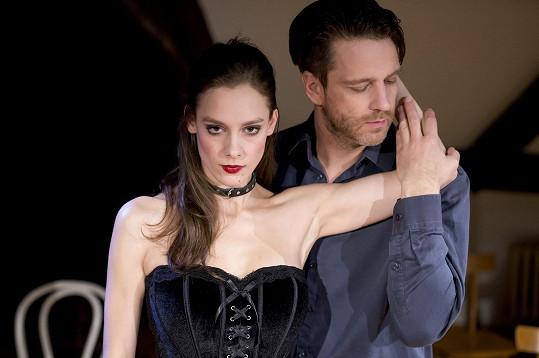 Eroticky laděné představení divadelní společnosti Prague Shakespeare Company Venuše vkožichu se na prknech Divadla Kolowrat hraje od února a téměř každá repríza je vyprodaná.