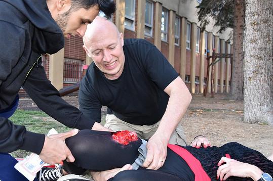 Představitel doktora Leoše Máry při první pomoci