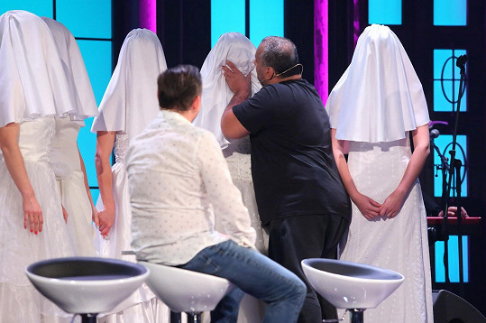 Hezucký pečlivě zkoumá každou z nevěst.