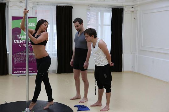 Herci se těžko soustředili na to, co jim instruktorka vysvětlovala.