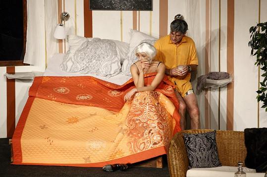 Příběh se točí v čase. Podhůrský se s Jirešovou v posteli objeví v různé věkové kategorii.
