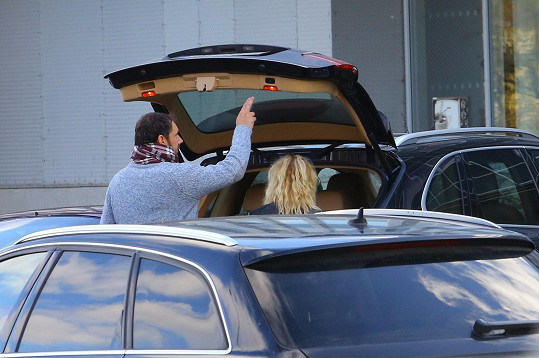 Lucie už zná Ridiho vůz důvěrně....