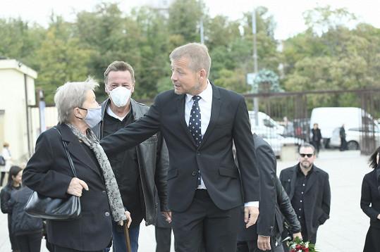 Vdova Věra Vlková na pohřbu Karla Fialy.
