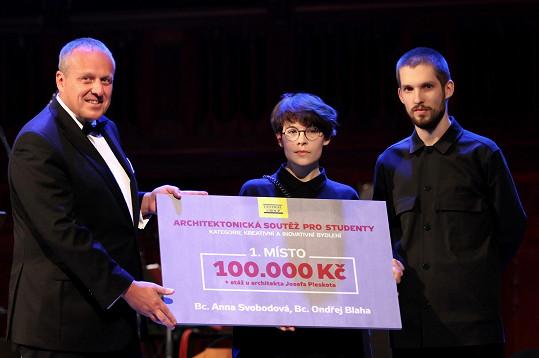 Největší český rezidenční stavitel předal Nadačnímu fondu pro zdraví dětí šek.