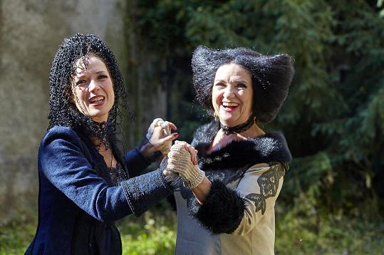 Tereza Kostková s maminkou Carmen Mayerovou hrají ve filmu Strašidla kouzelnici a čarodějku.