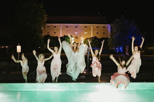 Tereza Jelínková skončila ve svatebních šatech v bazénu.