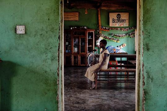 Herečka a hudebník pomáhají africkým sirotkům.