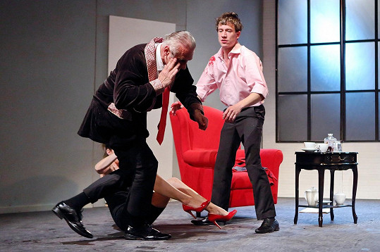 Šokovaný herec utíká do zákulisí.