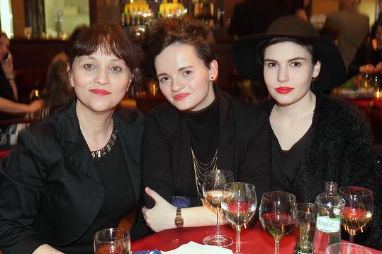 Alena Mihulová s dcerou a její kamarádkou