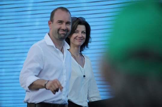Sympatický pár dorazil ležérně oblečený.