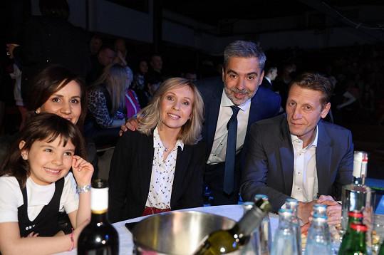 Tereza Pergnerová s manželem (vpravo) a organizátorem večera Tomášem Kotlárem s partnerkou Zuzanou a dcerou.