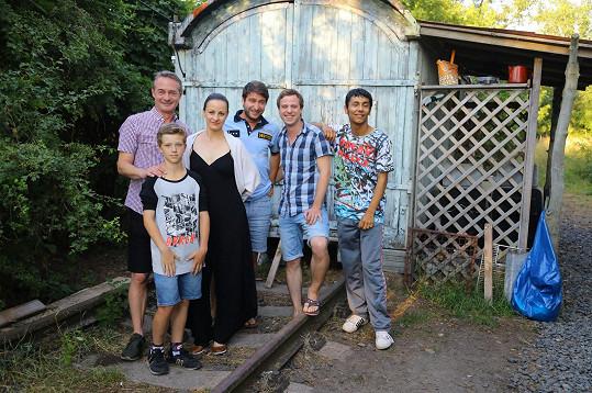 V seriálu se objeví mimo jiné po boku Jiřího Dvořáka (zcela vlevo) nebo Marka Němce (uprostřed).