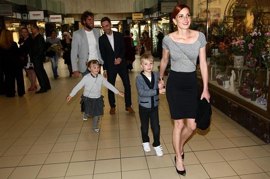 Michaela Maurerová dorazila s rodinkou na premiéru divadelní hry Smolíkovi a jejich podivuhodné dobrodružství.