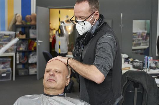 Petr Rychlý se pod rukama maskérů proměnil v ženu.