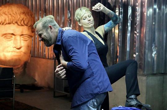Jana dělá bojové sporty, takže se do natáčení opřela.