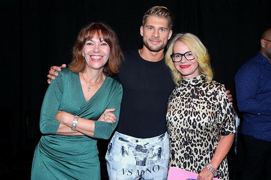 To Michaela Dolinová a Jitka Asterová (na snímku se stříbrným Jakubem Kochtou) byly oblečené slavnostněji.