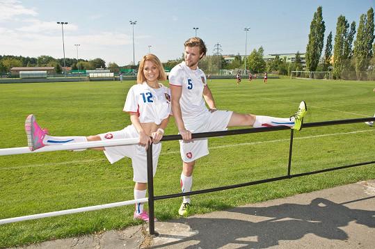 Míša s Ondřejem na fotbalovém hřišti v Horních Měcholupech