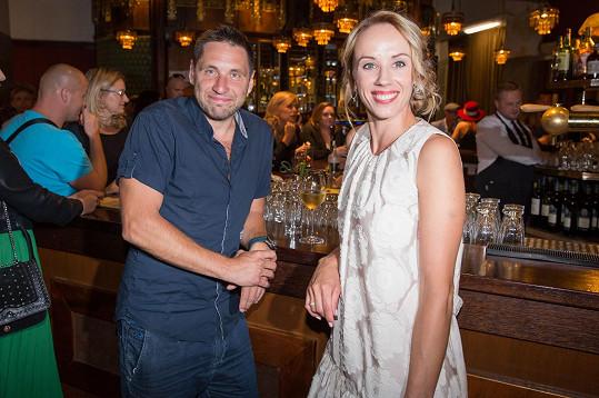 Martin Písařík s kolegyní Petrou Hřebíčkovou na premiéře filmu Štěstí je krásná věc, kde oba hrají.