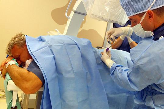 Lékař mu během ambulantního zákroku odstranil kus ploténky.