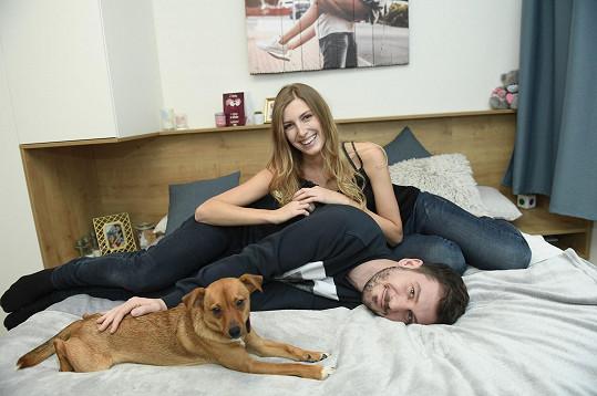 Ten obývají i s jejich psí láskou Missi.