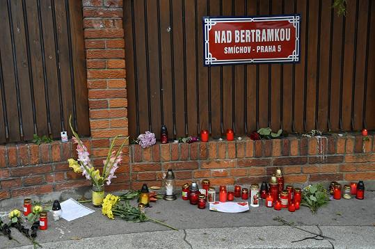 Svíčky a květiny se opět hromadí na Bertramce.