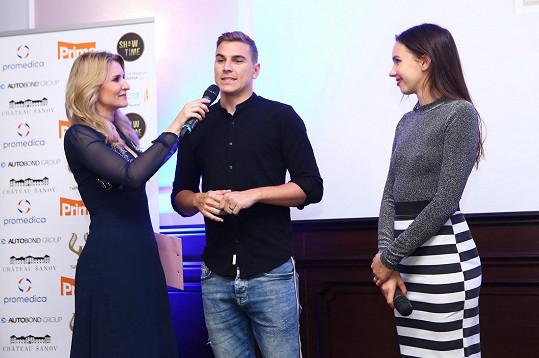 V rámci večera se potkala s Davidem Gránským, s níž hraje v seriálu Sestřičky (na snímku ještě s moderátorkou Lenkou Špillarovou).