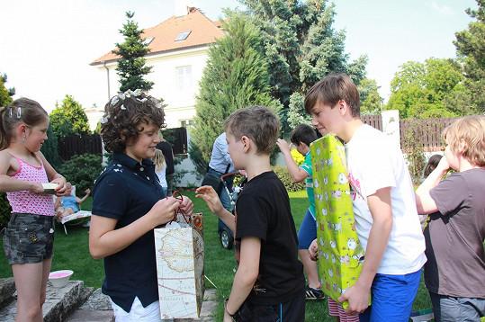 Od spolužáků a kamarádů dostal Daniel spoustu dárků...