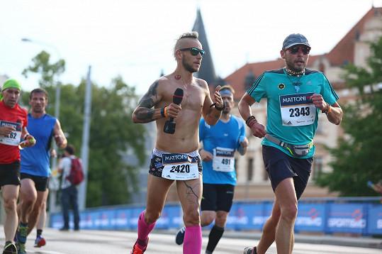 Jakub alias MC Jacob prohrál sázku a musel běžet půlmaraton v Budějovicích v trenkách.