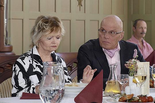 Přeučilova manželka Eva Hrušková si zahrála jeho hysterickou seriálovou ženu, která nejde pro sprosté slovo daleko.