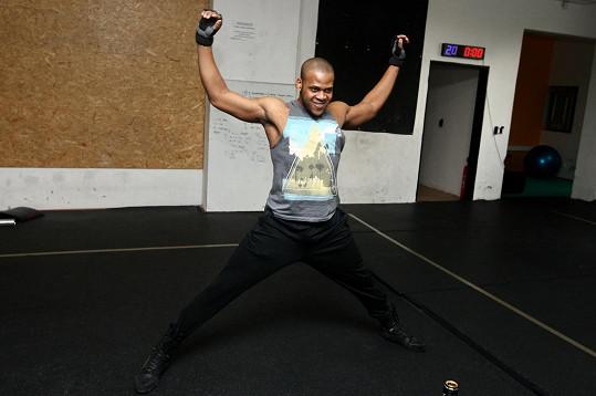 Luther Raphael Simon musí tvrdě trénovat i po premiéře.