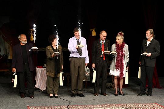 Herci na děkovačce 700. reprízy Blbce k večeři