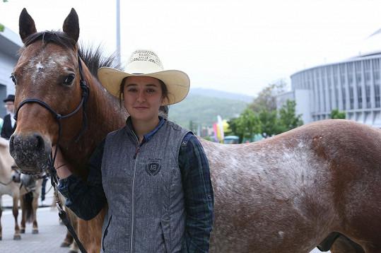 Dcera Josefina zdědila lásku ke koním po mamince.