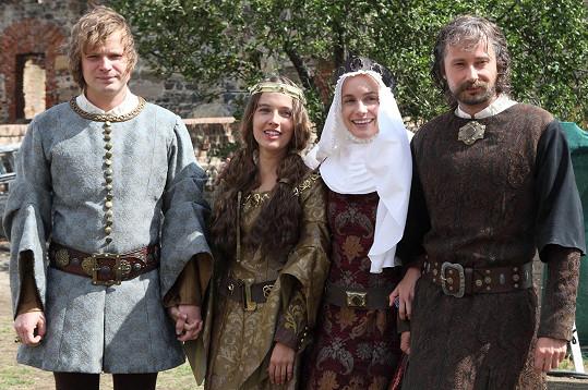 Kryštof Hádek, Tereza Voříšková, Hana Vagnerová a Jaroslav Plesl během natáčení na hradě Švihov