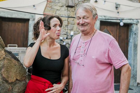 Herečka Tereza Kostková dělá opičky vedle režiséra Jiřího Adamce.