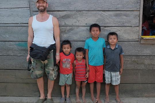 Révai s místními dětmi