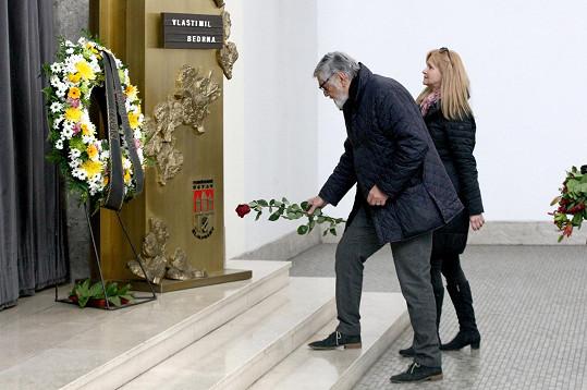 Jiří Bartoška položil ke katafalku rudou růži.