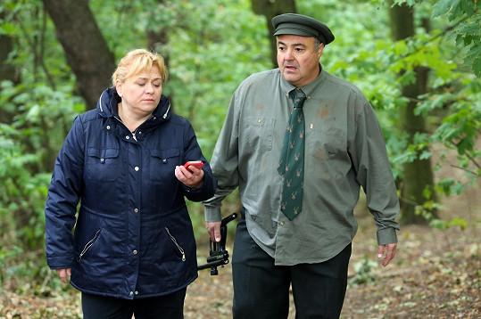 Martin Zounar a Pavla Tomicová v seriálu Krejzovi. V lese hledali zatoulaného klokana.
