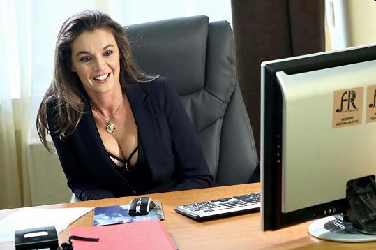 Iva Kubelková si roli sexuchtivé majitelky nahrávacího studia užívá.