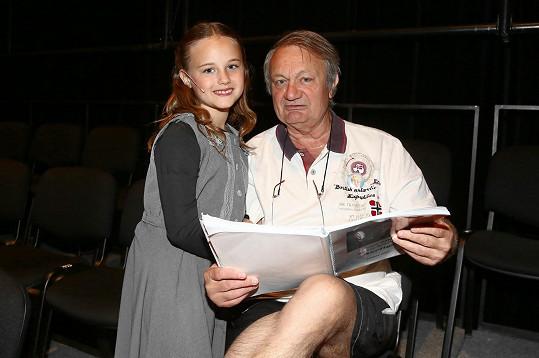 Jiří Adamec s dcerou Jasmínkou, která si zamilovala divadelní jeviště.
