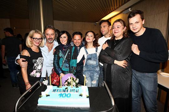 Produkce Mamma Mia! připravila pro účinkující dort ke 100. repríze.