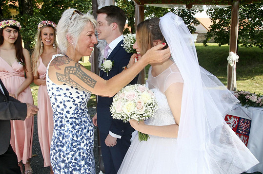 Zpěvačka byla na svatbě dojatá.