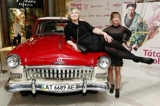 Eliška Balzerová s Tatianou Vilhelmovou pózují před premiérou filmu Tátova Volha.