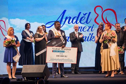 Už jako vítěz soutěže, na 2. místě byla Jana Farkačová z Všobecné fakultní nemocnice v Praze (vpravo), na 3. Vlaďka Morávková Svědinková z Alzheimercentra Průhonice