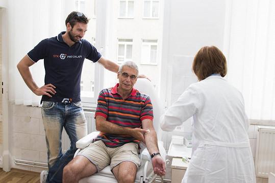 Badmintonista Petr Koukal na vyšetření se svým tatínkem