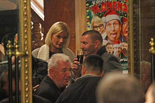 Tomáš Řepka se po premiéře Vánočního Kameňáku dobře bavil po boku blonďaté dámy.