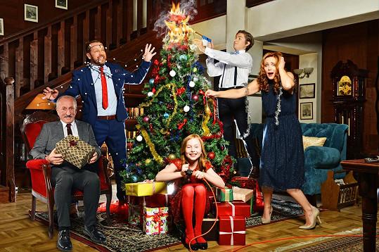 I další představitelé seriálu Krejzovi nafotili bláznivé vánoční snímky - Oldřich Navrátil, Filip Blažek, Markéta Plánková.